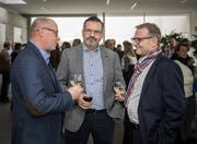 Die drei Kandidaten für das Gemeindepräsidium von Bottighofen: Matthias Hofmann, Beat Müller und Michael Thurau. Hier stossen sie nach der Bekanntgabe der Ergebnisse des ersten Wahlganges an. (Bild: Reto Martin)
