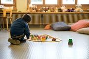 Ein Kind beim Spielen im Bundesasylzentrum auf dem Glaubenberg. (Archivbild: Manuela Jans- Koch)