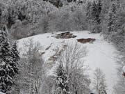 Nicht ganz so gefährlich, aber auch nicht harmlos: Gleitschneelawine über dem Dorf Muotathal. Bild: Geri Holdener / Bote der Urschweiz