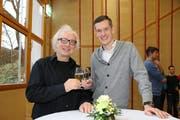 Referent Gerd Ganteför und Gemeinderat Adrian Giger stossen an. (Bild: Hana Mauder Wick)