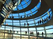 Berlin und ein Besuch im Reichstagsgebäude sind bei Touristen beliebt. (Bild: KEYSTONE/WALTER BIERI)