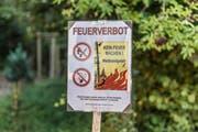 Im Sommer 2018 allgegenwärtig: Feuerverbotstafeln bei Wäldern wegen extremer Trockenheit. (Bild: Hanspeter Schiess)