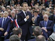 Emmanuel Macron spricht vor rund 600 Bürgermeistern in der Gemeine Grand Bourgtheroulde in der Normandie. (Bild: Keystone/AP/PHILIPPE WOJAZER)