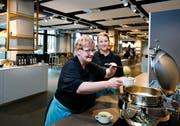 Für Renate Warnier (vorn, mit Teamleiterin Andrea Sidler) ist im neuen Restaurant ein Traum wahr geworden. (Bild: Stefan Kaiser (Baar, 15. Januar 2019))