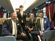 Die Mitglieder des Familienunternehmens im neuen Reisebus: Roman, Rahel, Josua und Dominik Scheiwiller. (Bild: Samuel Koch)