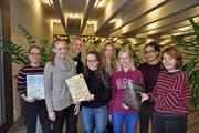 Michelle Dietz (Zweite von links) und Sarah Bocek (Dritte von rechts) waren die Chefredaktorinnen der Schülerzeitung «Etcetera». (Bild: Andrea Zinndorf)
