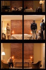Grosser Glaskasten mit sechs Räumen: Teil des Bühnenaufbaus für das Stück «Hotel Strindberg» am Theater Basel. (Bild: Reinhard Maximilian Werner)