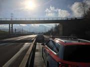 Zwischen Rotkreuz und Küssnacht fuhr ein Autolenker in die Leitplanke. (Bild: Zuger Polizei)