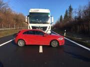 Der Lastwagen schob dieses Auto vor sich her. Verletzt wurde dabei niemand. (Bild: Zuger Polizei)
