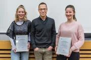 Die «Jugend debattiert»-Siegerinnen Cecilia Salzmann (links) und Olivia Inderbitzin mit Juror Matthias Hüppi. (Bild: Hanspeter Schiess)