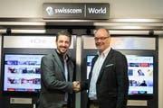 Roger Waser, Swisscom Area Manager Zentralschweiz (links), und Angelo Imholz, Geschäftsführer der Comdatanet in Altdorf, im neuen Swisscom-World-Shop . (Bild: PD, Altdorf, Januar 2019)