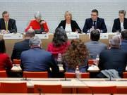 Expertinnen und Experten beantworten Fragen der Aussenpolitischen Kommission des Nationalrates zum Rahmenabkommen mit der EU. Die Anhörung öffentliche Anhörung dauerte drei Stunden. (Bild: KEYSTONE/PETER KLAUNZER)