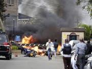 Feuer und Rauch steigt nach dem Anschlag vom Dienstag aus dem Gebäudekomplex des Hotels Dusit in Nairobi. (Bild: Keystone/AP/KHALIL SENOSI)