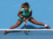 Eigenwilliges Outfit: Serena Williams im grünen Einteiler und mit Kompressionsstrümpfen (Bild: KEYSTONE/EPA AAP/HAMISH BLAIR)