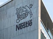 Nestlé will weniger Plastikverpackung: So soll etwa Nesquik-Kakao in Papiertüten angeboten werden. (Bild: KEYSTONE/GAETAN BALLY)