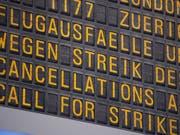 An mehreren deutschen Flughäfen haben in der Nacht zum Dienstag erneut Warnstreiks des Sicherheitspersonals begonnen - daher kommt es zu erheblichen Störungen im Flugverkehr. (Bild: KEYSTONE/dpa/MARIJAN MURAT)