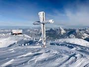 Gezeichnet von Schnee und Wind: Das Gipfelkreuz auf dem Fronalpstock im Kanton Schwyz. Inzwischen dürfte die Schneedecke allerdings deutlich höher sein. Die Aufnahme entstand am Freitag, 11. Januar – noch vor den grossen Niederschlägen. (Leserbild: Markus Brülhard)