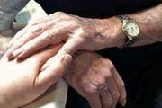 Weniger Menschen in der Schweiz nutzen die Dienste einer Sterbehilfeorganisation. (Bild: Getty)