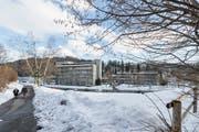 Noch ist es eine verschneite Wiese, in Zukunft entsteht hier eine Baustelle fürs geplante Alterszentrum im Riethüsli. (Bild: Hanspeter Schiess)