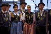 Neumitglied Elsbeth Herger (links) bei ihrem ersten Auftritt mit dem Jodlerklub Bärgblüemli in der Sisag-Halle. (Bild: PD)