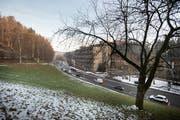 Der Bauplatz fürs neue Alterszentrum Riethüsli. Ennet der Strasse befinden sich die Gebäude der GBS. (Bild: Ralph Ribi - 18. Dezember 2018)