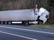 Nach dem Mittag konnte die Bergung des Lastwagens an die Hand genommen werden. Leserbild Bote der Urschweiz