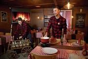 Joël (links) und Cédric Odermatt treffen Vorbereitungen für den Abend. (Bilder: Corinne Glanzmann (Buochs, 9. Januar 2019))
