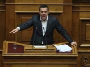 Der griechische Regierungschef Alexis Tsipras hat seine Mazedonien-Politik vor dem Parlament verteidigt. (Bild: KEYSTONE/AP/PETROS GIANNAKOURIS)