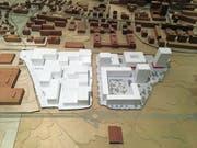 Das Modell zeigt die Umrisse der Gebäude, die künftig auf dem Gebiet Unterfeld Süd (rechts im Bild) entstehen werden. Links im Bild ist das Unterfeld Nord zu sehen. (Bild: Rahel Hug (Baar, 14. Januar 2019))