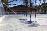 Die Eisfläche am Seeufer in Rorschach ist bereit für Pirouetten und Eisstockschiessen. (Bild: Sandro Büchler)