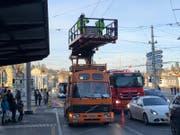 Die Mechaniker der VBL kümmern sich um die runtergerissenen Fahrleitungen. (Bilder: Janick Wetterwald (16. Januar 2019))
