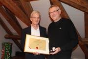 Gemeindepräsident Urs Kälin (links) überreicht Heinz Keller die Altdorfer Medaille und eine Urkunde. (Bild: Markus Zwyssig, Altdorf, 16. Januar 2018)