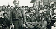 Im Kriegsgefangenenlager schrieb er ein Quartett für das Ende aller Zeit: Olivier Messiaen, mit Cellist Etienne Pasquier und Zuhörern. (Bild: PD)