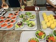 Kantinenbesucher greifen öfter zu, wenn der Salat direkt beim Eingang steht. Ob das die für sie wirklich «bessere» Entscheidung ist, ist allerdings fraglich, sagen Zürcher Forscher. (Bild: KEYSTONE/MARTIN RUETSCHI)