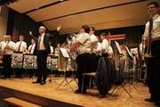Das Orchester mit Dirigent Roman Schnelli. (Bild: Fynn Wohlgensinger)