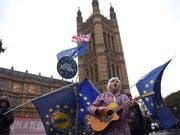 Brexit-Gegner demonstrieren am Mittwoch vor dem britischen Unterhaus in London für den Verbleib Grossbritanniens in der EU. Unterdessen debattieren die Abgeordneten über einen Misstrauensantrag gegen Premierministerin Theresa May. (Bild: KEYSTONE/EPA/NEIL HALL)