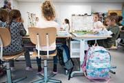 Durchschnittlich sitzt in der jeder Schweizer Schulklasse ein hyperaktives Kind. (Bild: Laurent Gillieron/Key)