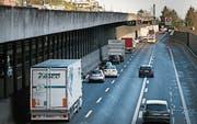 Nach dem Kirchenwaldtunnel stockt der Verkehr wegen einer Spurverengung. (Bild: Corinne Glanzmann (Hergiswil, 16. Januar 2019))