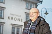 Konrad Hummler vor der damals noch unrenovierten «Krone» in Speicher. (Bild: Martina Basista)