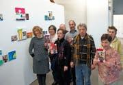 Künstler unter sich: Eine Gruppe Klienten des Johanneums setzt sich im Rahmen eines Kunstvermittlungsprojekts mit Bildern der englischen Malerin Rachel Lumsden (links) auseinander und interpretiert diese neu. (Bild: Tobias Humm)