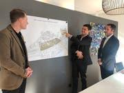 Cédric Bosshard, Präsident David Ganz und Andreas Pfister (von links) präsentieren den Deckel für den Bahnhof St.Fiden. (Bild: WISG - 16. Januar 2019)