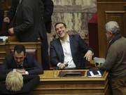 Alexis Tsipras am Mittwochabend im Parlament - er gewann die Vertrauensabstimmung. (Bild: Keystone/AP/PETROS GIANNAKOURIS)