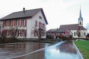 Das Pfarrhaus in Oberrüti ist in einem schlechten Zustand. Daher soll es durch einen Neubau mit sieben Wohnungen ersetzt werden. (Bild: Eddy Schambron)