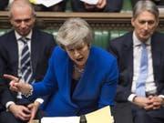 Theresa May am Mittwochabend im Parlament in London kurz vor der Vertrauensabstimmung, die sie dann gewann. (Bild: Keystone/AP/MARK DUFFY)