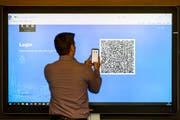 Luxoft entwickelte das E-Voting-System für die Stadt Zug. Eine Person registriert sich im Zuger Stadthaus für die digitale ID. Bild: Alexandra Wey/Keystone (Zug, 25. Juni 2018)