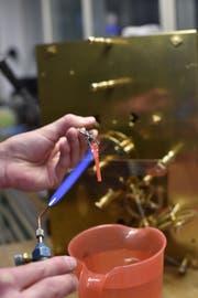 Mit einem Gasbrenner härtet Scarpatetti ein Stahlteil, damit es weniger schnell verschleisst.