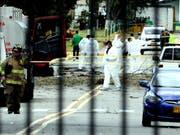 Spezialisten untersuchen den Tatort, nachdem bei einem Bombenanschlag auf eine Polizeischule in Bogotá acht Menschen getötet wurden. (Bild: KEYSTONE/EPA EFE/MAURICIO DUENAS CASTANEDA)
