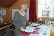 Trudi Schmid hält ihre Doktorarbeit in den Händen. An dieser hat sie vier Jahre lang gearbeitet. (Bild: Astrid Zysset)