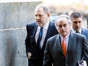 Harvey Weinstein (links) kann nicht mehr auf die Dienste des Starverteidigers Benjamin Brafman (vorne rechts) zählen. (Bild: KEYSTONE/EPA/JUSTIN LANE)