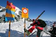 Trotz Warnhinweisen begeben sich in den Schweizer Bergen jedes Jahr Wintersportler auf ungesicherte Pisten. (Archivbild: Urs Jaudas)